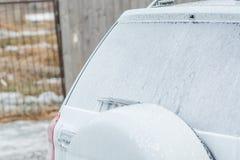 Το αυτοκίνητο είναι στον αφρό Πλύσιμο αυτοκινήτων αφρού Ραβδιά αφρού με το αυτοκίνητο Στοκ φωτογραφία με δικαίωμα ελεύθερης χρήσης