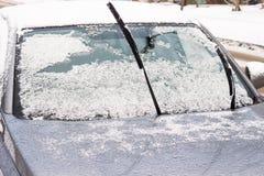 Το αυτοκίνητο είναι στο κρύο Το ραβδί ψηκτρών έξω στοκ εικόνα