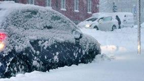 Το αυτοκίνητο εχρονοτρίβησε σε έναν χιονώδη δρόμο απόθεμα βίντεο
