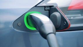 Το αυτοκίνητο ηλεκτρικός-μπαταριών ξαναφορτώνεται από ένα τροφοδοτώντας με καύσιμα ακροφύσιο απόθεμα βίντεο