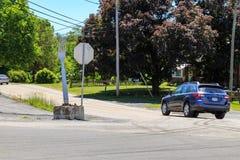 Το αυτοκίνητο κάνει δεξιά στο δίκρανο στοκ φωτογραφία με δικαίωμα ελεύθερης χρήσης
