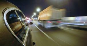 Το αυτοκίνητο κινείται με υψηλή ταχύτητα στο δρόμο πόλεων νύχτας Στοκ Εικόνες