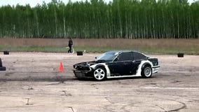 Το αυτοκίνητο οδηγεί γρήγορα και παρασύρει φιλμ μικρού μήκους