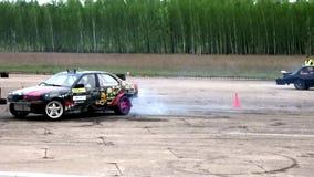 Το αυτοκίνητο οδηγεί γρήγορα και παρασύρει απόθεμα βίντεο