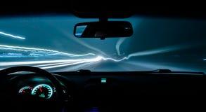 Το αυτοκίνητο οδηγεί μια φωτογραφία στο δρόμο με μια καθυστέρηση μέσα στην άποψη στοκ φωτογραφίες