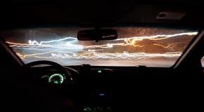 Το αυτοκίνητο οδηγεί μια φωτογραφία στο δρόμο με μια καθυστέρηση μέσα στην άποψη στοκ εικόνες