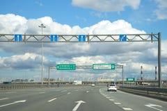 Το αυτοκίνητο οδηγά στο εξωτερικό δαχτυλίδι της περιφερειακής οδού Αγία Πετρούπολη Στοκ εικόνες με δικαίωμα ελεύθερης χρήσης