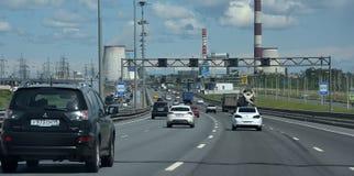 Το αυτοκίνητο οδηγά στο εξωτερικό δαχτυλίδι της περιφερειακής οδού Στοκ Φωτογραφίες