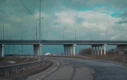Το αυτοκίνητο πηγαίνει στο κύριο δρόμο Στοκ εικόνες με δικαίωμα ελεύθερης χρήσης