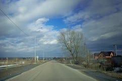 Το αυτοκίνητο πηγαίνει στο κύριο δρόμο Στοκ φωτογραφία με δικαίωμα ελεύθερης χρήσης