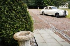 το αυτοκίνητο που διακ&om ευτυχής εκλεκτής ποιότητας γάμος ημέρας ζευγών ιματισμού Στοκ εικόνες με δικαίωμα ελεύθερης χρήσης