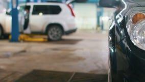 Το αυτοκίνητο που προετοιμάζεται για τα επαγγελματικά διαγνωστικά στην αυτόματη υπηρεσία, κλείνει επάνω απόθεμα βίντεο