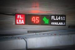 Το αυτοκίνητο που σταθμεύει το ελαφρύ σημάδι, ενημερώνει το υπόλοιπο για το υπαίθριο σταθμό αυτοκινήτων που εγκαθίσταται Στοκ Φωτογραφίες