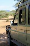 το αυτοκίνητο σε μια σκιά της αφρικανικής σαβάνας Στοκ εικόνες με δικαίωμα ελεύθερης χρήσης