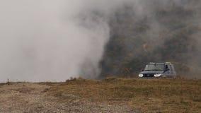 Το αυτοκίνητο στα βουνά απόθεμα βίντεο