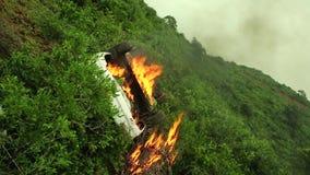 Το αυτοκίνητο στην πυρκαγιά και κάπνισμα στο λόφο απόθεμα βίντεο