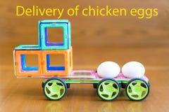 Το αυτοκίνητο φέρνει τα αυγά κοτόπουλου Η παράδοση επιγραφής ` των αυγών ` κοτόπουλου Στοκ Εικόνες