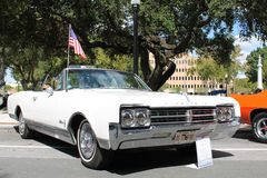 1965 το αυτοκίνητο Oldsmobile Starfire στο αυτοκίνητο παρουσιάζει Στοκ εικόνες με δικαίωμα ελεύθερης χρήσης