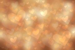 Το αφηρημένο εορταστικό υπόβαθρο κρητιδογραφιών θαμπάδων φωτεινό χρυσό καφετί με τις ζωηρόχρωμες καρδιές αγαπά bokeh για τη γαμήλ απεικόνιση αποθεμάτων