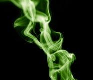 το αφηρημένο μαύρο καίγοντας σύννεφο ανασκόπησης παρήγαγε το μεγάλο πράσινο θυμίαμα όπως την τοξική ουσία καπνού βλεμμάτων Στοκ εικόνα με δικαίωμα ελεύθερης χρήσης