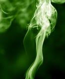 το αφηρημένο μαύρο καίγοντας σύννεφο ανασκόπησης παρήγαγε το μεγάλο πράσινο θυμίαμα όπως την τοξική ουσία καπνού βλεμμάτων Στοκ Εικόνα