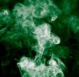 το αφηρημένο μαύρο καίγοντας σύννεφο ανασκόπησης παρήγαγε το μεγάλο πράσινο θυμίαμα όπως την τοξική ουσία καπνού βλεμμάτων Στοκ εικόνες με δικαίωμα ελεύθερης χρήσης