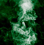 το αφηρημένο μαύρο καίγοντας σύννεφο ανασκόπησης παρήγαγε το μεγάλο πράσινο θυμίαμα όπως την τοξική ουσία καπνού βλεμμάτων Στοκ Εικόνες