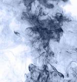 το αφηρημένο μπλε κάψιμο ανασκόπησης παρήγαγε το μεγάλο λευκό καπνού θυμιάματος αντιστροφή Στοκ Φωτογραφία