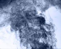 το αφηρημένο μπλε κάψιμο ανασκόπησης παρήγαγε το μεγάλο λευκό καπνού θυμιάματος αντιστροφή Στοκ φωτογραφία με δικαίωμα ελεύθερης χρήσης