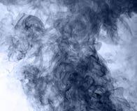 το αφηρημένο μπλε κάψιμο ανασκόπησης παρήγαγε το μεγάλο λευκό καπνού θυμιάματος αντιστροφή Στοκ φωτογραφίες με δικαίωμα ελεύθερης χρήσης