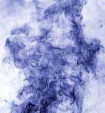 το αφηρημένο μπλε κάψιμο ανασκόπησης παρήγαγε το μεγάλο λευκό καπνού θυμιάματος αντιστροφή Στοκ Εικόνα