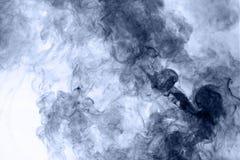 το αφηρημένο μπλε κάψιμο ανασκόπησης παρήγαγε το μεγάλο λευκό καπνού θυμιάματος αντιστροφή Στοκ εικόνα με δικαίωμα ελεύθερης χρήσης