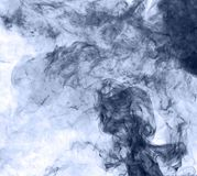 το αφηρημένο μπλε κάψιμο ανασκόπησης παρήγαγε το μεγάλο λευκό καπνού θυμιάματος αντιστροφή Στοκ Φωτογραφίες