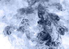 το αφηρημένο μπλε κάψιμο ανασκόπησης παρήγαγε το μεγάλο λευκό καπνού θυμιάματος αντιστροφή Στοκ εικόνες με δικαίωμα ελεύθερης χρήσης