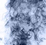 το αφηρημένο μπλε κάψιμο ανασκόπησης παρήγαγε το μεγάλο λευκό καπνού θυμιάματος αντιστροφή Στοκ Εικόνες
