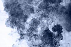 το αφηρημένο μπλε κάψιμο ανασκόπησης παρήγαγε το μεγάλο λευκό καπνού θυμιάματος Στοκ εικόνα με δικαίωμα ελεύθερης χρήσης