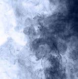 το αφηρημένο μπλε κάψιμο ανασκόπησης παρήγαγε το μεγάλο λευκό καπνού θυμιάματος Στοκ φωτογραφίες με δικαίωμα ελεύθερης χρήσης