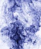 το αφηρημένο μπλε κάψιμο ανασκόπησης παρήγαγε το μεγάλο λευκό καπνού θυμιάματος Στοκ Φωτογραφία