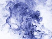 το αφηρημένο μπλε κάψιμο ανασκόπησης παρήγαγε το μεγάλο λευκό καπνού θυμιάματος Στοκ εικόνες με δικαίωμα ελεύθερης χρήσης