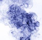 το αφηρημένο μπλε κάψιμο ανασκόπησης παρήγαγε το μεγάλο λευκό καπνού θυμιάματος Στοκ Εικόνες