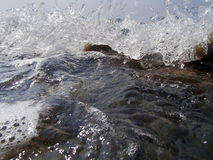 Το αφηρημένο υπόβαθρο Bokeh σκόπιμα από την εστίαση, ή ο μειωμένος ψεκασμός θάλασσας ενάντια σε έναν μπλε ουρανό Στοκ εικόνες με δικαίωμα ελεύθερης χρήσης
