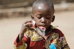 Το αφρικανικό μαύρο φύσηγμα αγοριών βράζει υπαίθρια Στοκ Εικόνες