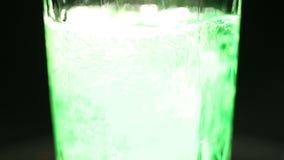 Το αφρώδες πράσινο ποτό σόδας έχυσε στο γυαλί, αφρώδες ποτό που εξυπηρετήθηκε στο φραγμό κομμάτων απόθεμα βίντεο