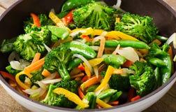 Το λαχανικό ανακατώνει τα τηγανητά σε ένα τηγάνι Στοκ Εικόνα