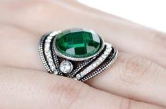 Το δαχτυλίδι κοσμημάτων που φοριέται στο δάχτυλο Στοκ Εικόνα