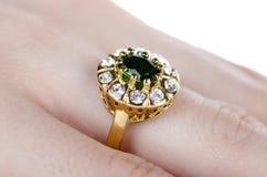 Το δαχτυλίδι κοσμημάτων που φοριέται στο δάχτυλο Στοκ Φωτογραφίες
