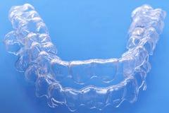 Το αόρατο οδοντικό πλαστικό ευθυγραμμιστών δοντιών υποστηριγμάτων δοντιών ενισχύει τους υπηρέτες οδοντιατρικής για να ισιώσει τα  στοκ εικόνα