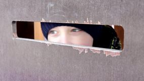 Το Α το αγόρι με τα όμορφα μάτια που κατασκοπεύει μέσω μιας μεγάλης τρύπας στον ξύλινο τοίχο Ανθρώπινη συγκίνηση, έκφραση του προ απόθεμα βίντεο