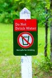 Το Α δεν πίνει το σημάδι νερού με ένα πράσινο υπόβαθρο Στοκ Φωτογραφίες