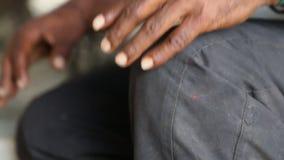 Το Α επανδρώνει το χέρι στο γόνατο απόθεμα βίντεο